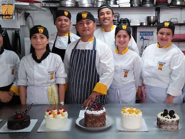 apicius-culinary-school-staff-and-students-with-cakes